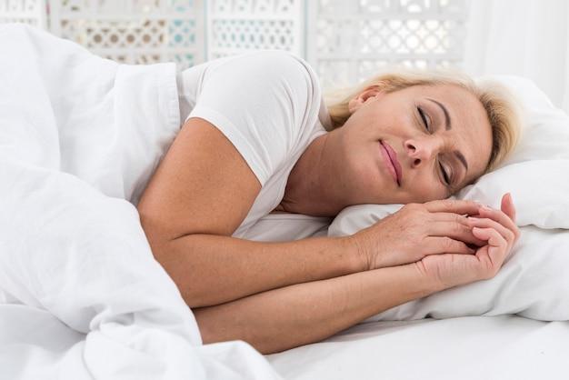 Średni strzał szczęśliwa kobieta śpi