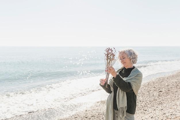Średni strzał szczęśliwa kobieta z kwiatami