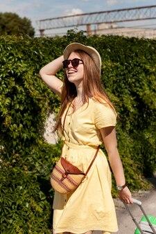 Średni strzał szczęśliwa kobieta z okularami przeciwsłonecznymi