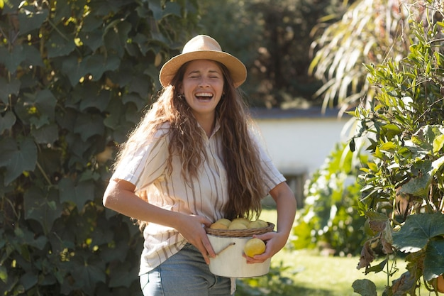 Średni strzał szczęśliwa kobieta z owocami