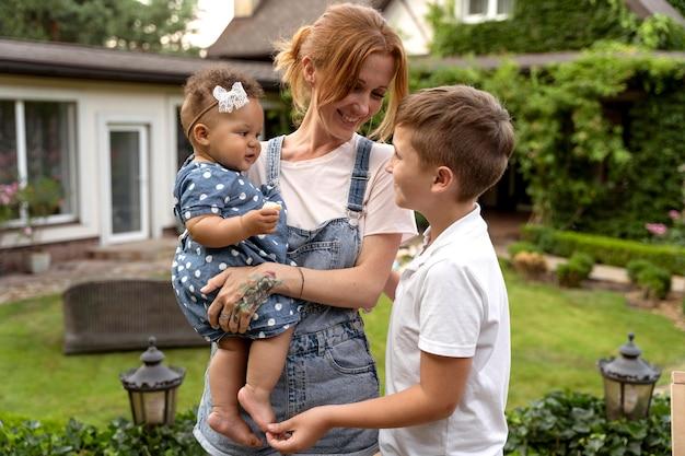 Średni strzał szczęśliwa matka i dzieci