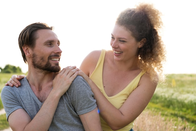 Średni strzał szczęśliwa para na zewnątrz