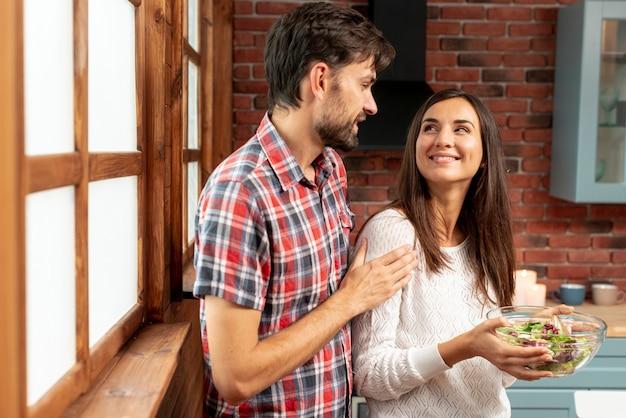 Średni strzał szczęśliwa para, patrząc na siebie