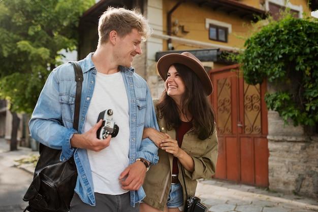 Średni strzał szczęśliwa para podróżująca