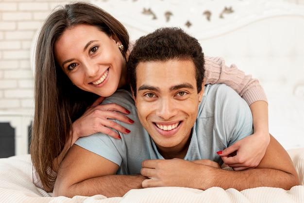 Średni strzał szczęśliwa para pozuje wpólnie