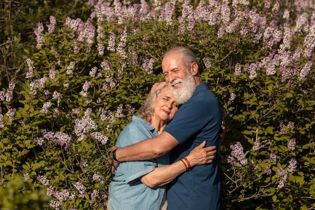 Średni strzał szczęśliwa para przytulająca