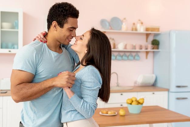 Średni strzał szczęśliwa para w kuchni
