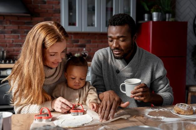 Średni strzał szczęśliwa rodzina i dziecko