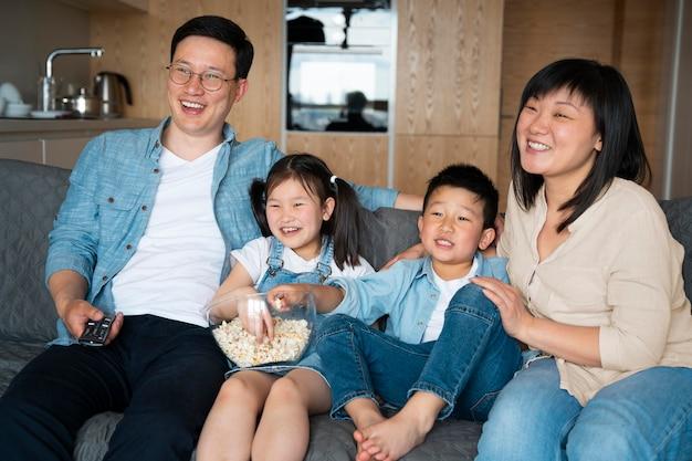 Średni strzał szczęśliwa rodzina na kanapie