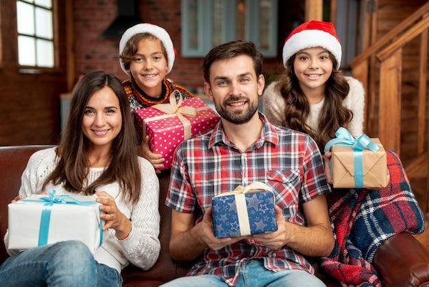 Średni strzał szczęśliwa rodzina pozuje wpólnie
