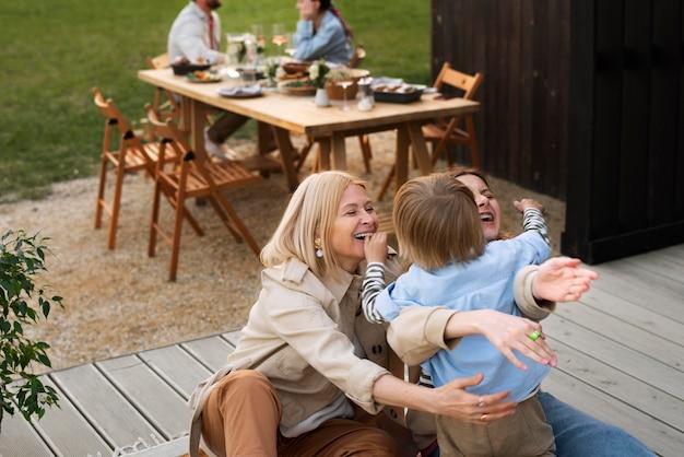 Średni strzał szczęśliwa rodzina z chłopcem