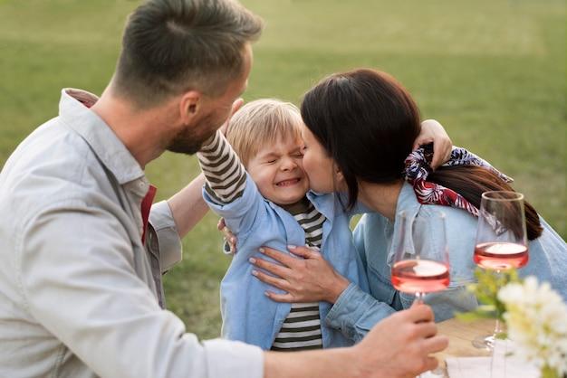 Średni strzał szczęśliwa rodzina z dzieckiem