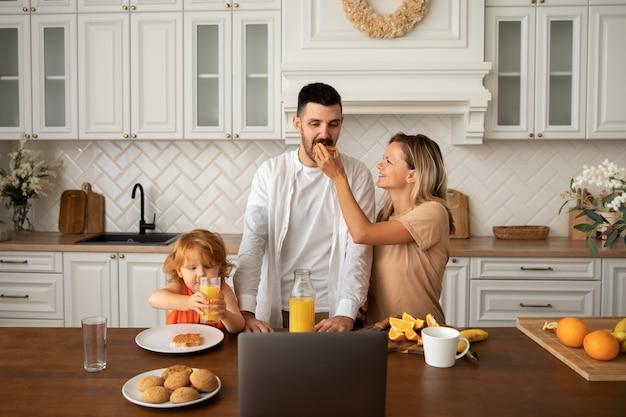 Średni strzał szczęśliwa rodzina z jedzeniem