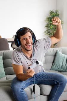 Średni strzał szczęśliwego człowieka wygrywającego grę