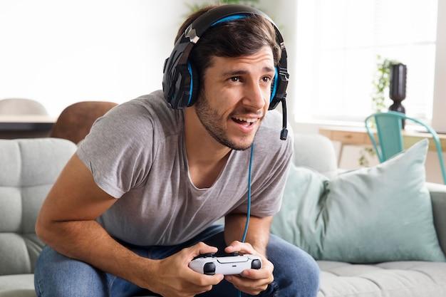 Średni strzał szczęśliwy mężczyzna gra w grę