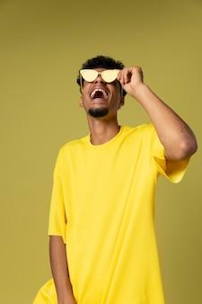 Średni strzał szczęśliwy mężczyzna trzymający okulary
