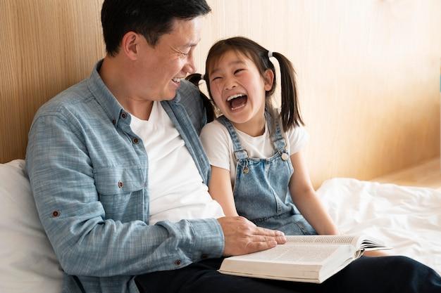 Średni strzał szczęśliwy ojciec i dziecko