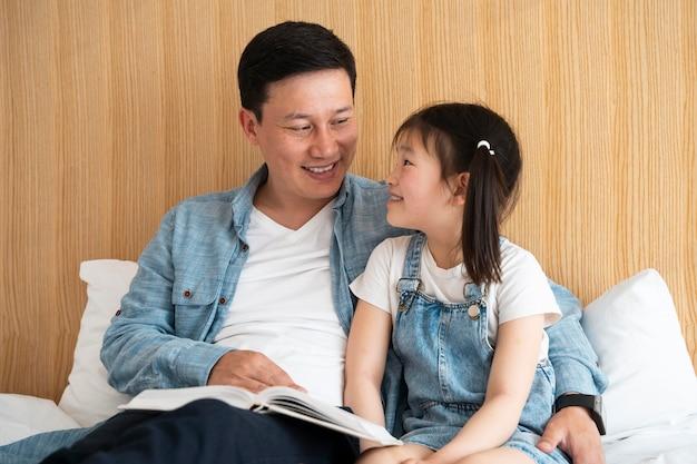 Średni strzał szczęśliwy ojciec i dziewczyna