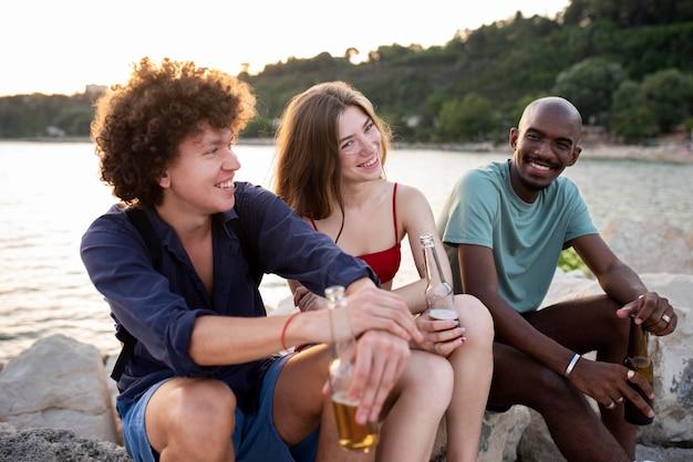 Średni strzał szczęśliwych przyjaciół z napojami