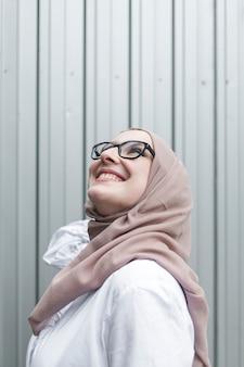Średni strzał uśmiechnięta kobieta