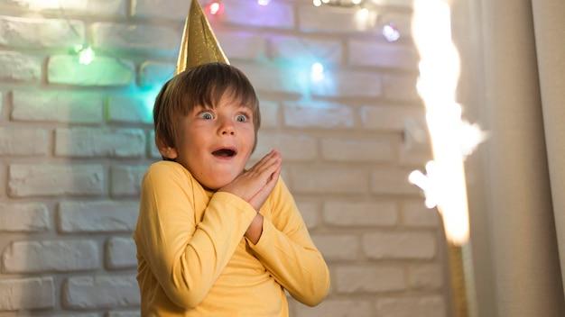 Średni strzał zaskoczony dzieciak oglądający fajerwerki
