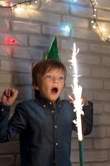 Średni strzał zaskoczony dzieciak z fajerwerkami
