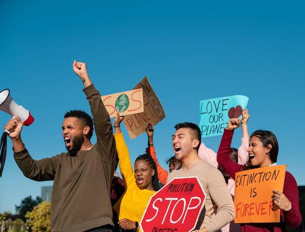 Średni strzelał do ludzi podczas protestu ekologicznego