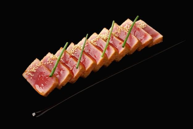 Średni tuńczyk tataki, sos kimchi, sos aroyd, szczypiorek, sezam