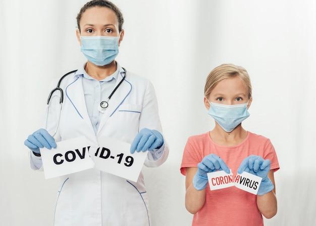 Średni zastrzyk covid19, lekarz i dziecko