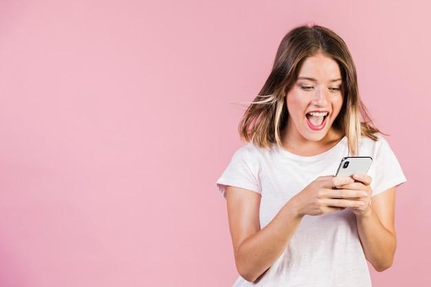 Średnia dziewczyna strzał za pomocą swojego telefonu
