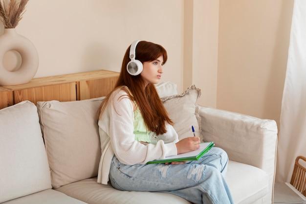 Średnia dziewczyna ze słuchawkami