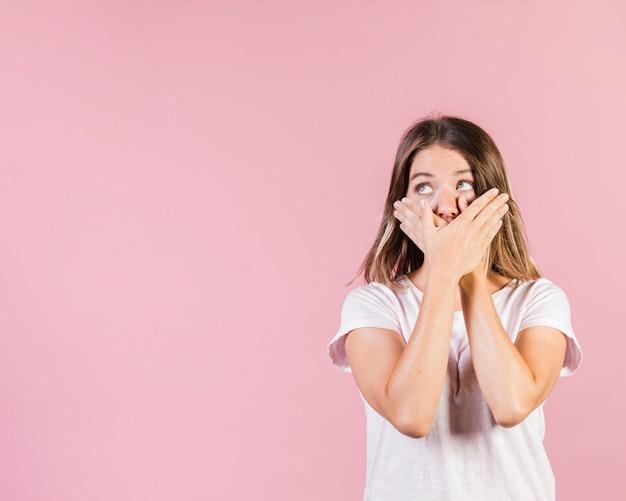 Średnia strzał dziewczyna zakrywa jej usta