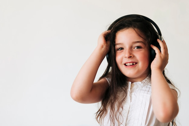 Średnia strzał smiley dziewczyna ze słuchawkami