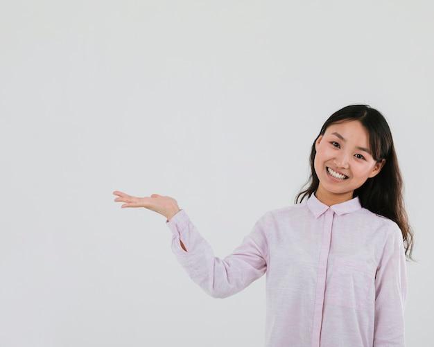Średnia strzał smiley kobieta z miejsca na kopię