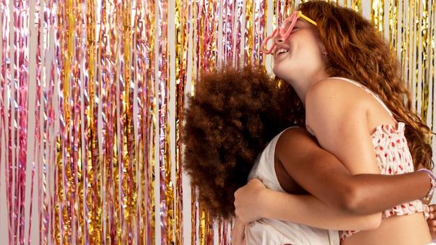 Średnie dziewczyny przytulające się