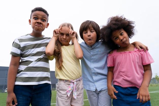 Średnie strzały dzieci robiące śmieszne miny