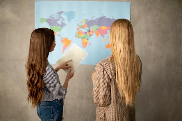 Średnie strzały kobiety patrzące na mapę