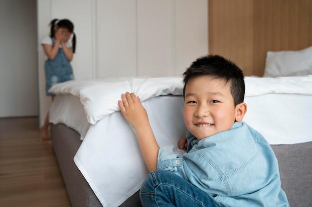 Średnie ujęcia dzieci bawiące się w chowanego