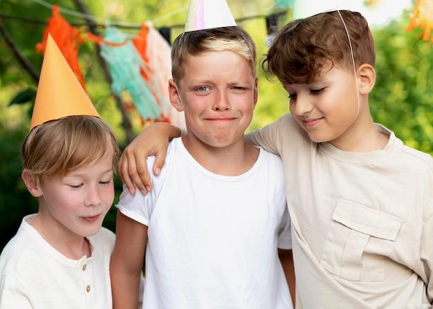 Średnie ujęcia dzieci na przyjęciu urodzinowym
