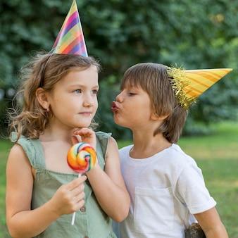 Średnie ujęcia dzieci w kapeluszu na świeżym powietrzu
