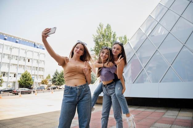 Średnie ujęcia dziewczyny robiące selfie
