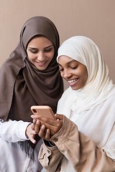 Średnie ujęcia kobiety ze smartfonem