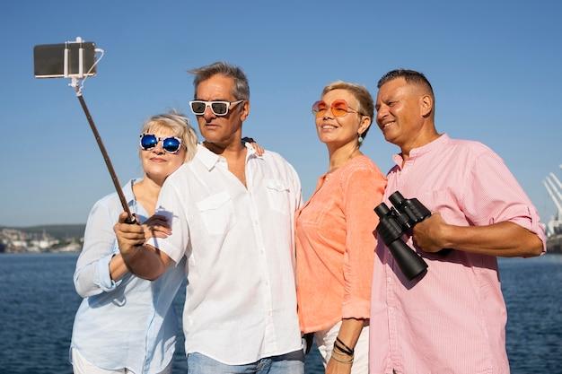 Średnie ujęcia pary robiące selfie