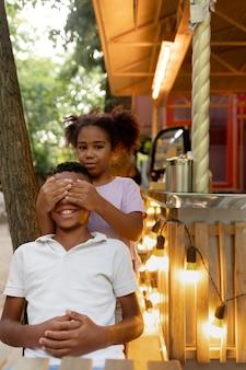 Średnie ujęcie buźki dzieci bawiące się razem
