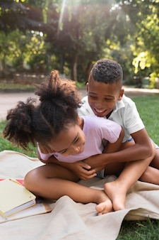 Średnie ujęcie dzieci bawiące się razem