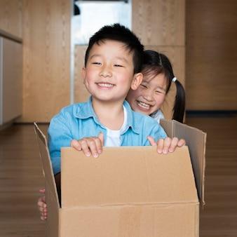 Średnie ujęcie dzieci bawiące się w pomieszczeniu