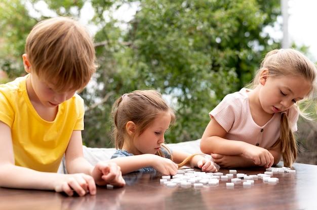 Średnie ujęcie dzieci siedzące przy stole