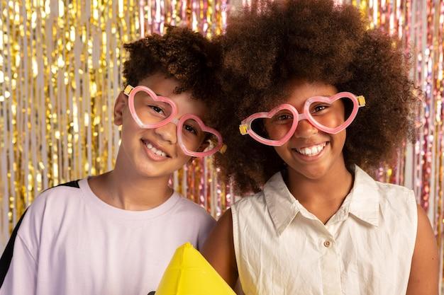 Średnie ujęcie dzieci w uroczych okularach