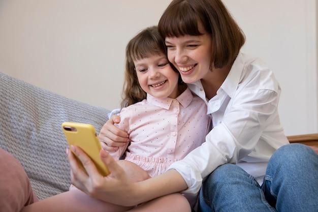Średnie Ujęcie Dziewczyny I Matki Robiące Selfie Darmowe Zdjęcia