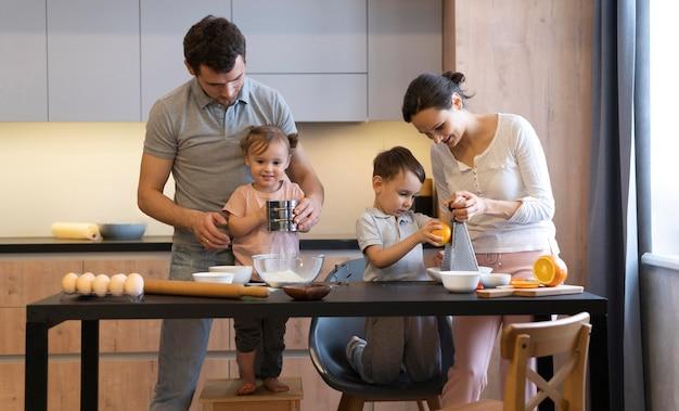 Średnie Ujęcie Gotowania Rodzinnego Premium Zdjęcia